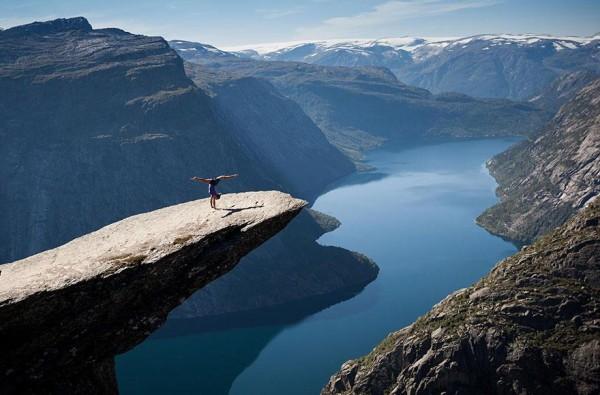 Гимнастка делает стойку на руках скала язык тролля Норвегия