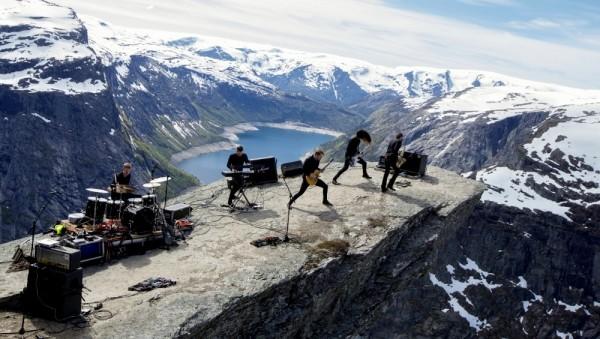 Рок группа на скале язык тролля в Норвегии