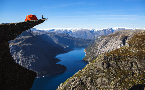 Палатка над обрывом Trolltunga Norway