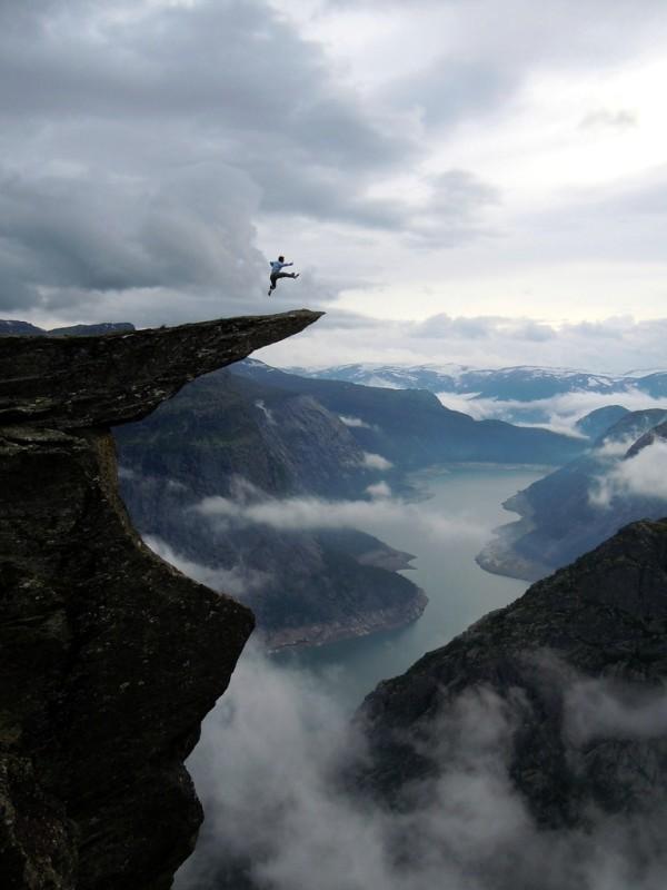В прыжке над скалой Язык тролля Норвегия