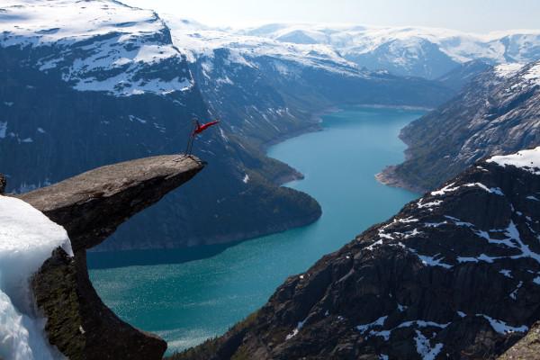 Эквилибрист на скале Язык тролля Норвегия