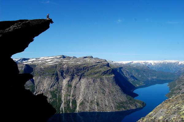 Наш гид сидит на Языке тролля Норвегия