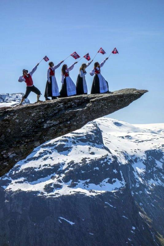 Девушки в норвежских костюмах на языке тролля