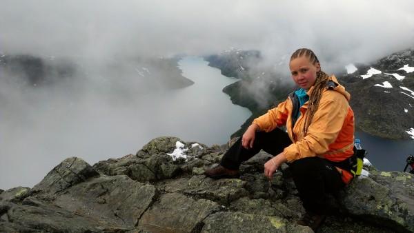 Девушка на маршруте по хребту Бессеген Норвегия