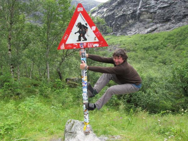 Турист на дороге троллей в Норвегии
