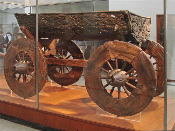 Повозка с дракара музей викингов Осло Норвегия.