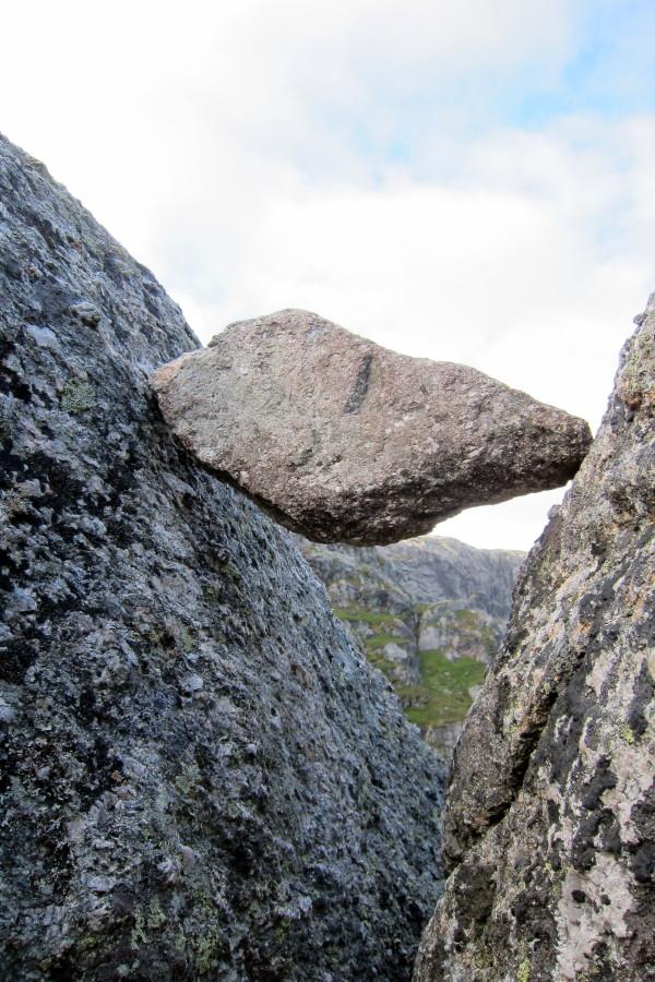 Камень Kjerag застрял в расщелине миниатюра