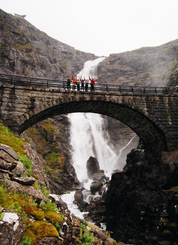 Лестница Троллей мост через водопад Стигфоссен
