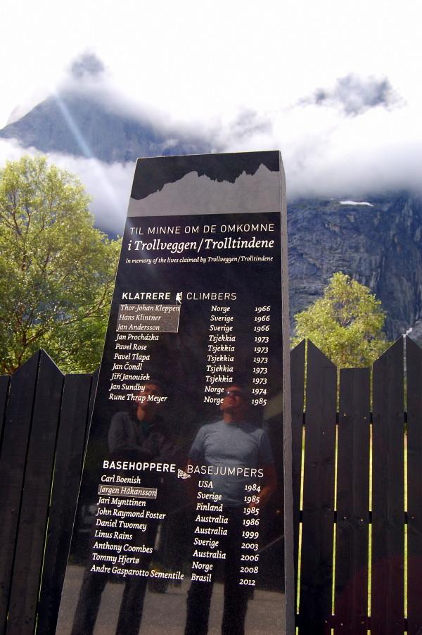 Памятник погибшим бейсерам и альпинистам на стене троллей Норвегия стена Троллей