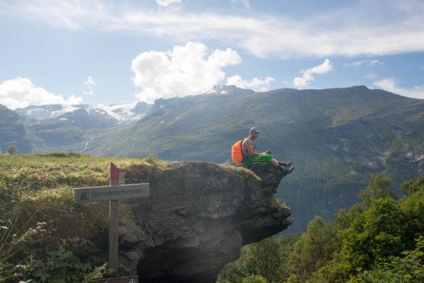Гейрангер фьорд водопад отдых на камне увидеть Норвежские фьорды