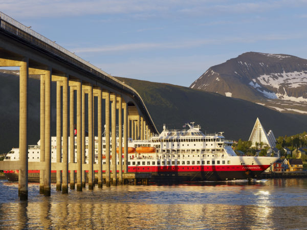 Тур в Норвегию Тромсо арктический собор и лайнер вод мостом