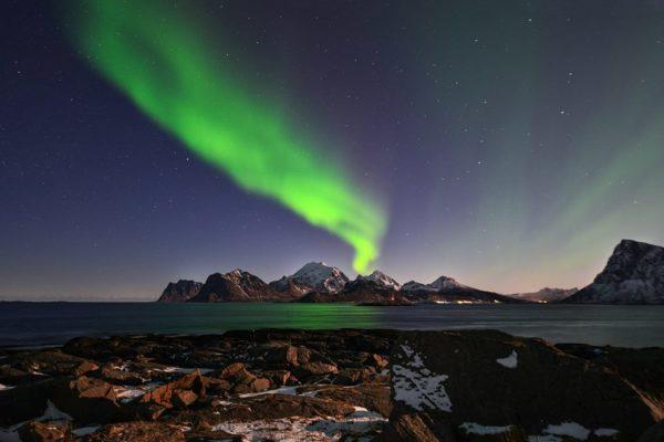 Северное сияние над океаном Норвегия Лофотены