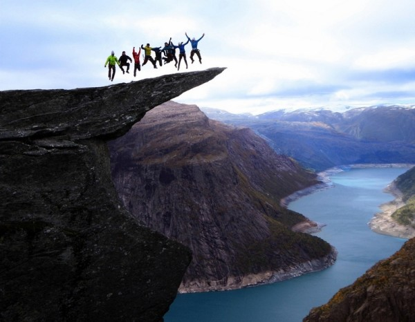 Группа в прыжке на языке тролля Хардангервидда