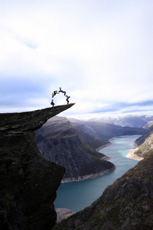 Сальто на скале Трольтунга Норвегия