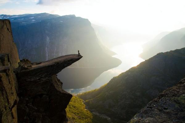 Закат скала Язык тролля Норвегия