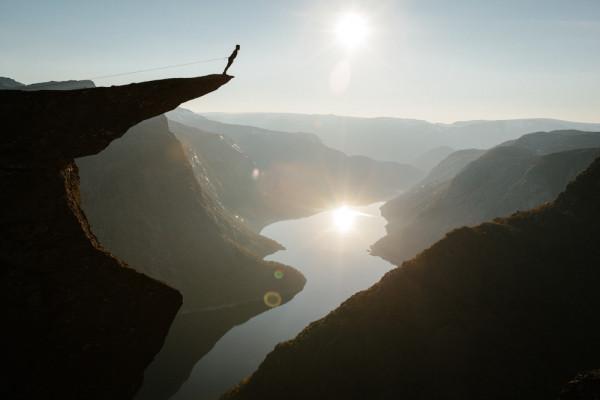 Над пропастью скала Язык тролля Норвегия