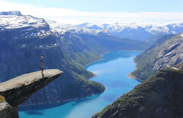 Отчаянные парни скала Язык тролля Норвегия