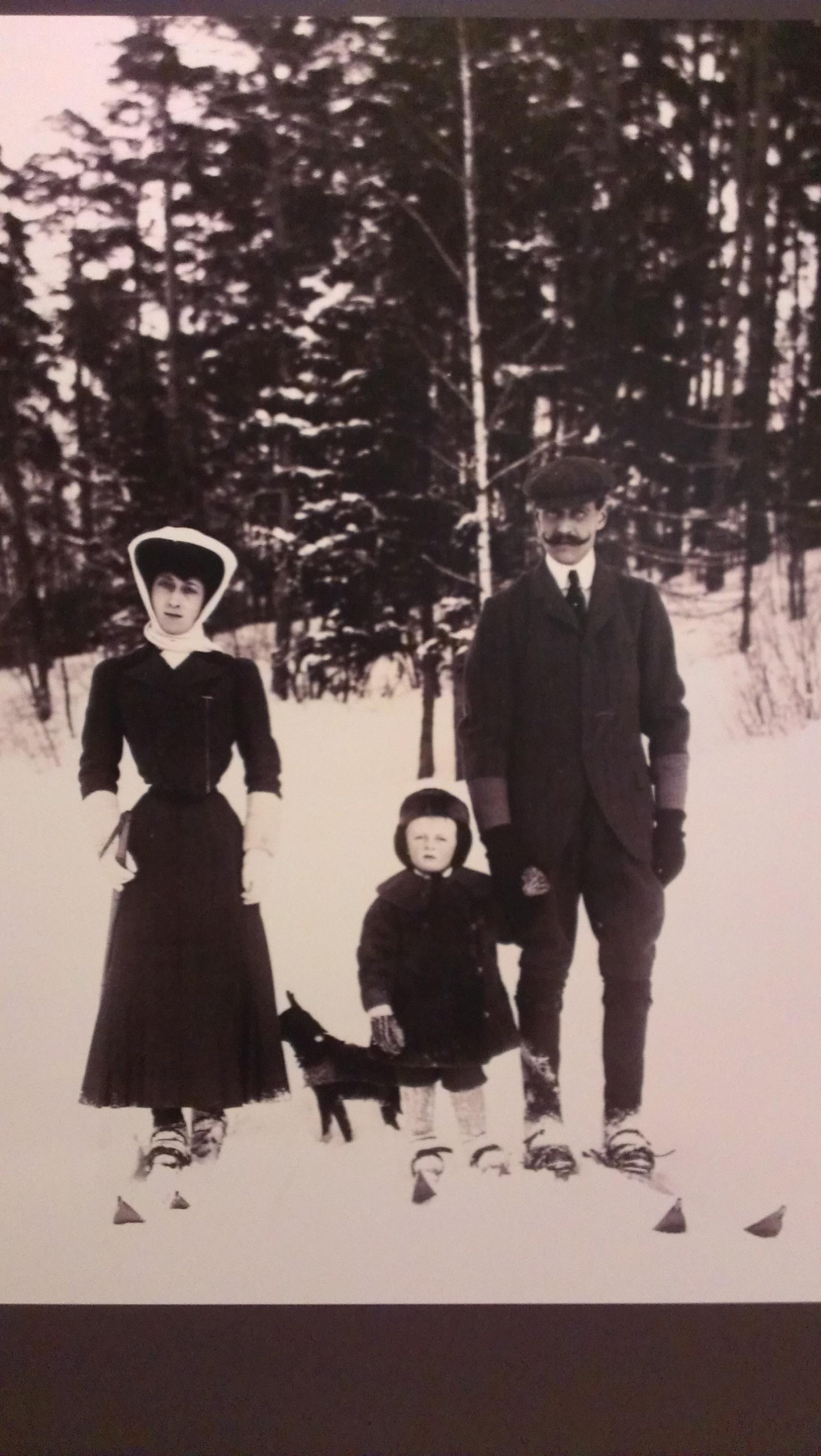 Семья Короля Норвегии на лыжной прогулке