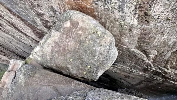 Камень горошина спящая голова, застрявший в расщелину на плато Кьераг Норвегия вид сверху
