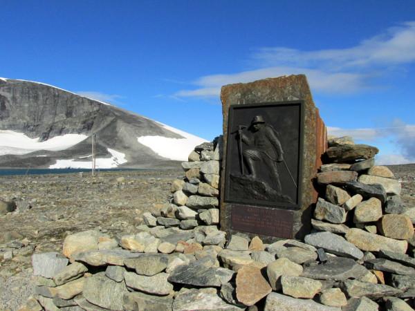 Памятник на подъеме Галлхёпигген (Galdhopiggen) 2,469 м - самая высокая вершина скандинавских гор.