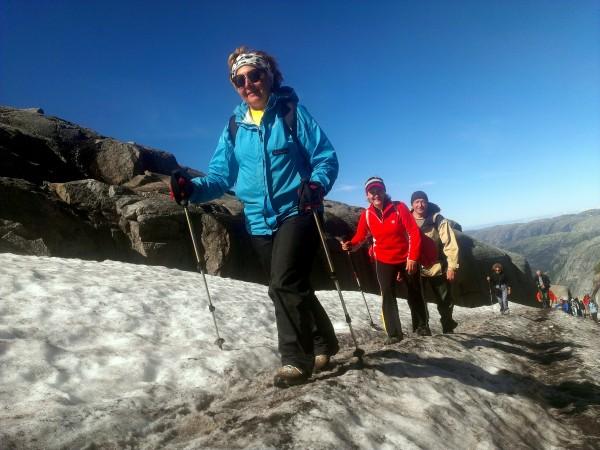 Кьераг дорога по снежнику к камне горошине